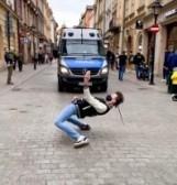 Kraków. Zatańczył jak Michael Jackson przed radiowozem
