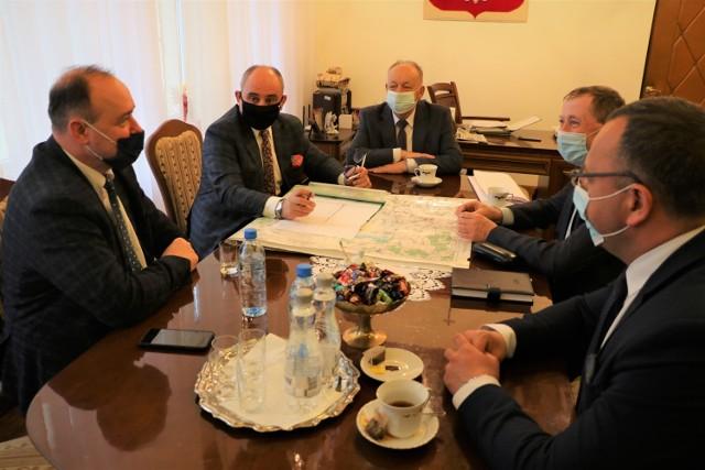 Spotkanie w Starostwie Powiatowym w Przemyślu sprawie nowego mostu na Sanie koło Przemyśla.