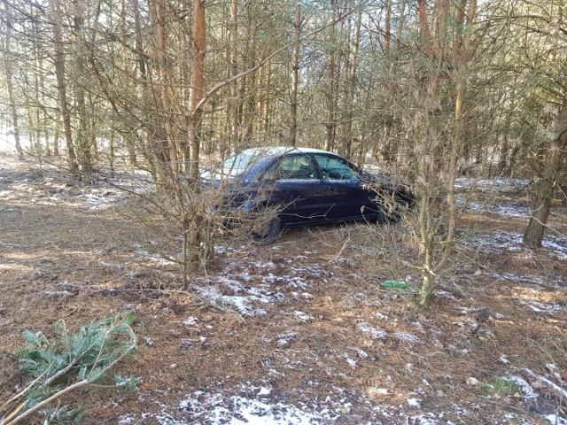 Złodziej ukrył samochód po drugiej stronie autostrady, w głębi lasu. Dla niepoznaki pozbawiono go tablic rejestracyjnych