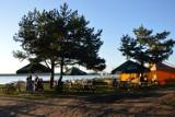 Plaże nad Zalewem Sulejowskim w Treście i Karolinowie. Tu wypoczniesz, rozbijesz namiot, nauczysz się windsurfingu [ZDJĘCIA]