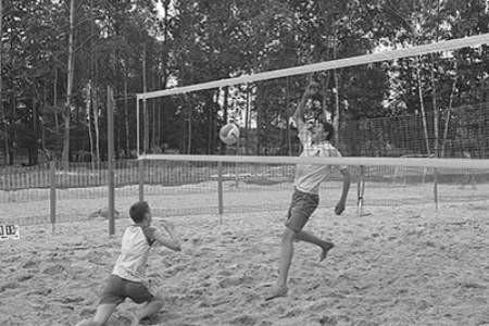 Dąbrowscy siatkarze plażowi są w krajowej czołówce. Przy siatce Piotr Kantor i Tomasz Kalembka. Olgierd Górny