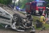 Wypadek w Miasteczku Śląskim. 20-latka wjechała samochodem w słup energetyczny. Samochód dachował