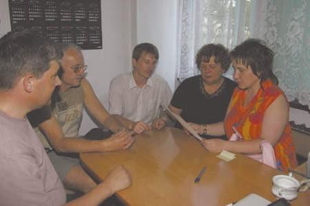 Tomasz Kępa, Wojciech Piątek, Jarosław Szutryn (nauczyciele), Teresa Flizikowska (związkowiec) i Ewa Soda (matka ucznia)  wystosowali protest do radnych. Jak się okazało adresat powinien być inny.