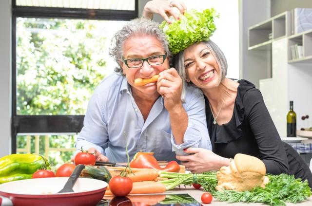 Dieta lekkostrawna to menu oszczędzające układ trawienia, które jednocześnie pełne jest składników odżywczych. Musi ona zawierać odpowiednie ilości dozwolonych produktów spożywczych.   Sprawdź na podstawie przygotowanych przez nas pomysłów na konkretne dania, co można jeść na diecie lekkostrawnej i jak często – oraz w jaki sposób przyrządzić potrawy, by ich jedzenie wiązało się z przyjemnością.   Zobacz kolejne slajdy, przesuwając zdjęcia w prawo, naciśnij strzałkę lub przycisk NASTĘPNE