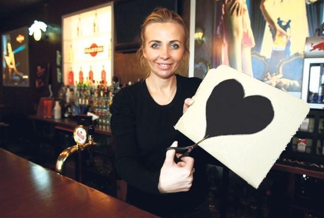 Joanna Gogolewska szykuję dekoracje na antywalentynki. Będą między innymi pomalowane na czarno serca.