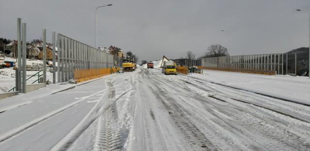 Zima na budowie obwodnicy Wałbrzycha. Śnieg przysypał niebezpieczne miejsca