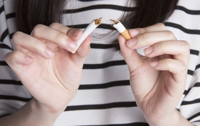 Jak rzucić palenie w nowym roku? Jeżeli pożegnanie z dymkiem to także twoje postanowienie noworoczne na 2021 rok, sprawdź, jak zrobić to skutecznie. Z tymi poradami tym razem ci się uda!