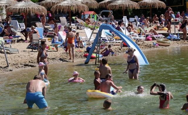 Żar z nieba. Szukamy ochłody nad wodą. Grudziądzanie oraz goście z innych regionów chętnie przebywają na plażach położonych nad Jeziorem Wielkim Rudnickim w Grudziądzu.