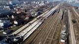 Tragiczny wypadek na torach w Krakowie. Pociąg potrącił 22-latkę. Ruch kolejowy na kilka godzin został wstrzymany