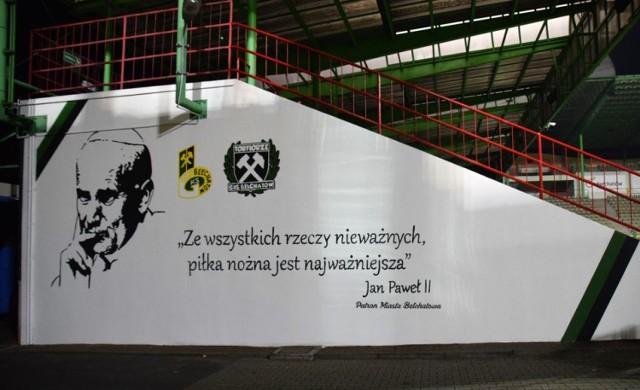 Tak wygląda teraz ściana trybuny wschodniej na Stadionie Miejskim w Bełchatowie