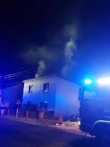 W nocy wybuchł pożar domu jednorodzinnego w Kaletach. W środku znajdowały się cztery osoby
