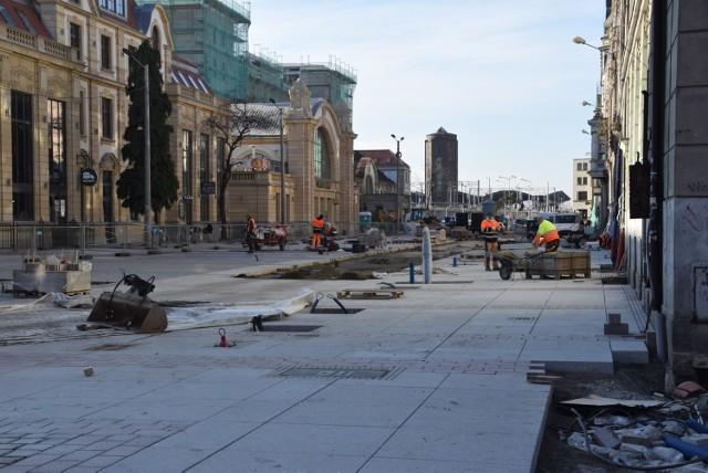 Dworcowa w Katowicach zmienia się w deptak. Od rozpoczęcia przebudowy minął już rok. Prace nadal trwają