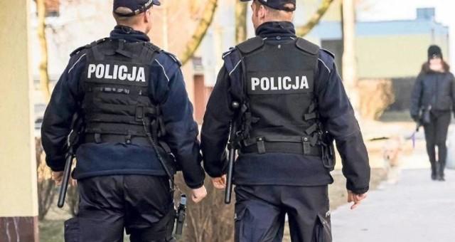 Policjanci zwrócili uwagę na poszukiwanego mężczyznę, bo nie miał założonej na twarzy maseczki