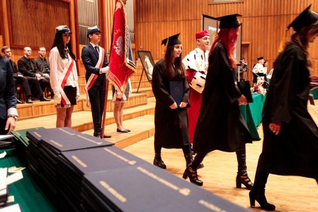 Studenci WSG w sobotę  oficjalnie zakończyli swoją edukację odbierając dyplomy w Filharmonii Pomorskiej.   Dyplomy odebrało 408 absolwentów. Byli to studenci takich kierunków, jak: Architektura i Urbanistyka, Budownictwo (pierwsi Absolwenci), Dietetyka (pierwsi Absolwenci),Ekonomia (studia I i II stopnia), Filologia, Fizjoterapia, Gospodarka Przestrzenna, Informatyka, Kulturoznawstwo (studia I i II stopnia), Mechatronika, Pedagogika, Socjologia, Turystyka i Rekreacja (studia I i II stopnia), Wychowanie Fizyczne oraz Zarządzanie.