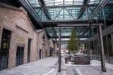 Fabryka Norblina. Do zabytkowych hal powróciło życie. Wzdłuż uliczek i pasaży historyczne maszyny, a obok bary i restauracje