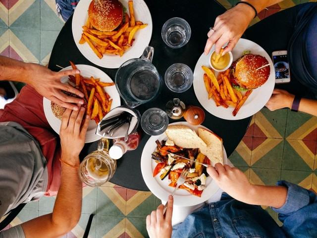 Oto lista hitów restauracyjnych w Legnicy - to dania cieszące się największą popularnością w legnickich restauracjach. Uprzedzamy, po obejrzeniu galerii bestsellerów wzrost apetytu gwarantowany!   Obejrzyj całą galerię, posługując się myszką, strzałkami lub gestami.