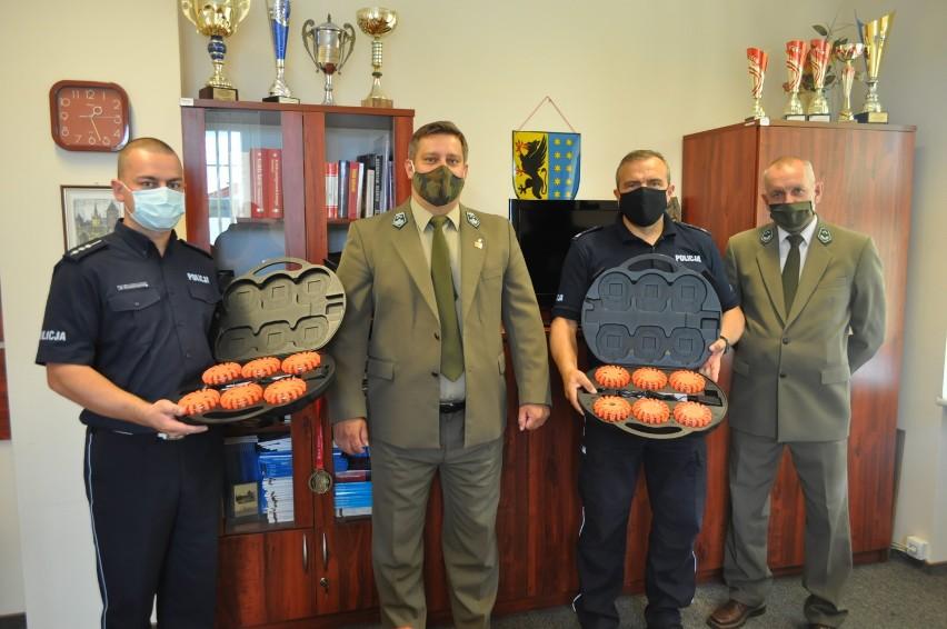 Bytowscy policjanci od leśników z dostali prezenty – diodowe flary ostrzegawcze