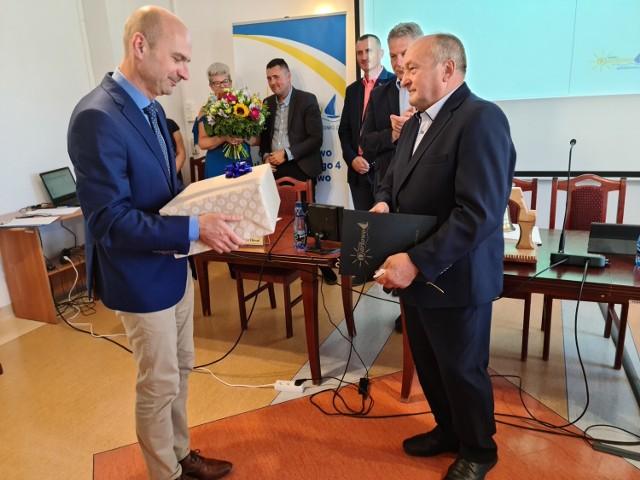 Od lewej wójt Radosław Głażewski i Tadeusz Bierniukiewicz