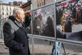 """""""Świat czeka"""". Na Małym Rynku wystawa fotografii Jacka Bednarczyka"""