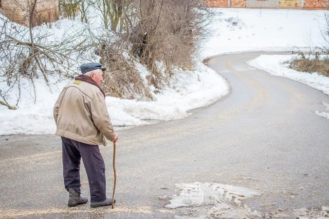 Zima potrafi być utrapieniem zwłaszcza dla osób starszych. Ksiąski OPS oferuje pomoc seniorom. Wystarczy zadzwonić i zgłosić, że potrzebne jest wsparcie