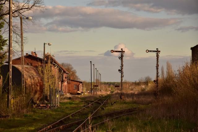 Dworzec kolejowy i najbliższe okolice w Janowcu Wielkopolskim. Zdjęcia zrobiono w kwietniu 2021 roku.