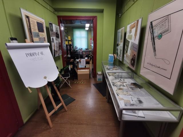 """Miejska Biblioteka Publiczna w Kaliszu zaprasza na wystawę kaligrafii """"Od Kalisza(n) piękne pisanie"""""""