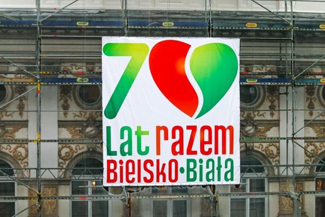 Logo rocznicy połączenia Bielska i Białej można zobaczyć na budynku ratusza.