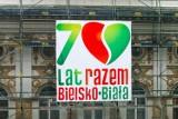 Specjalne logo na 70-lecie Bielska-Białej zawisło na budynku ratusza. Miasto ma też gadżety na 70-lecie