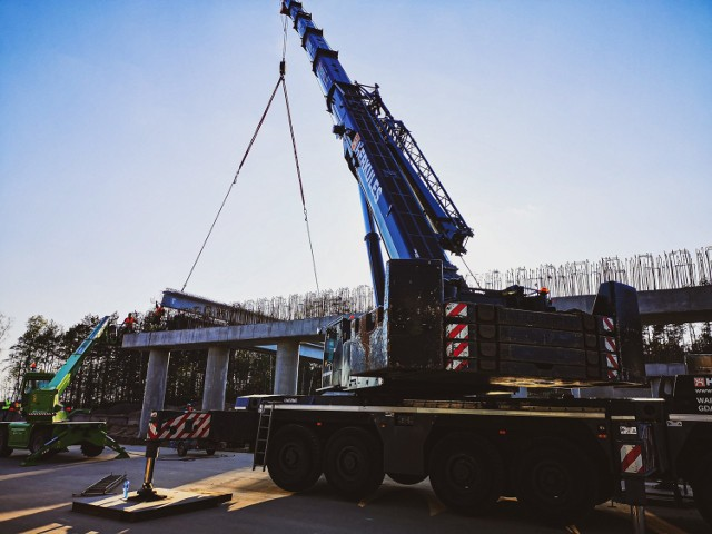 Budowa autostrady A1. Zakończyła się budowa wiaduktu w Wikłowie. Drogowcy rozpoczynają malowanie oznakowania autostrady.  Czytaj więcej. Przesuwaj zdjęcia w prawo - naciśnij strzałkę lub przycisk NASTĘPNE