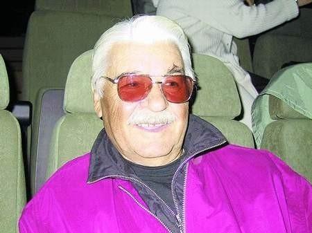 Jerzy Sobczyński po pięćdziesięciu latach spędzonych na scenie, przechodzi na artystyczną emeryturę. Zapowiada, że to jego ostateczne pożegnanie z operą.