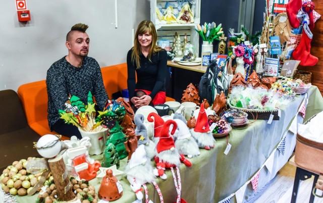W niedzielę, 16 grudnia w Kujawsko-Pomorskim Centrum Kultury w Bydgoszczy odbył się Pchli Targ. Jarmark był świetną okazją do zakupu przedmiotów wyjątkowych – staroci i rękodzieła.  W świąteczny klimat uczestników pchlego targu wprowadziła Ferajna Bydgoska, która śpiewała kolędy.   LICZ SIĘ ZE ŚWIĘTAMI - MIKOŁAJ DO WYNAJĘCIA.