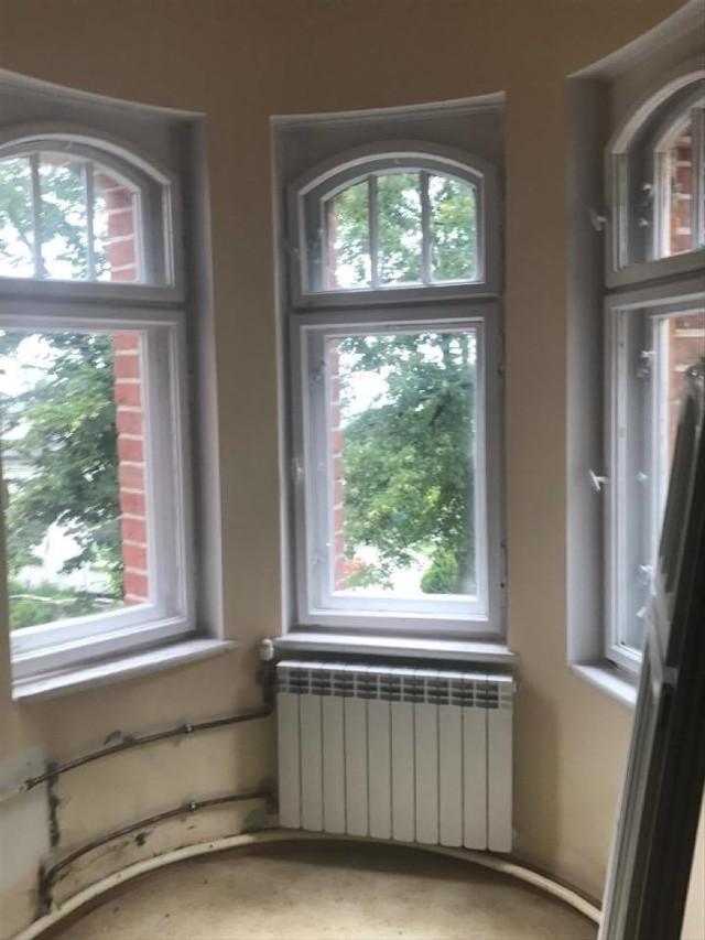 W Gimnazjum nr 2 zostaną wymienione  84 okna. Prace ruszyły, a wykonują je robotnicy firmy Okna Kołodziejczyk z Tylmanowej