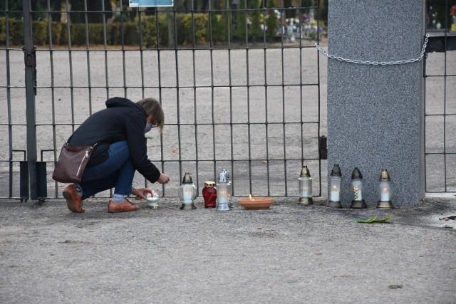 Mieszkańcy miasta dołączyli do akcji i zapalają znicze przed bramami cmentarzy