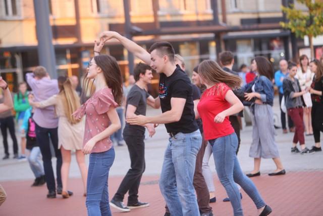 Organizatorzy zapewniają, że na tych zajęciach poznasz podstawy salsy. Postawisz pierwsze kroki, tj.: obroty w prawo i w lewo, suzy Q, v-step, slide i in. Skoordynujesz esencjalną dla partnerki w salsie pracę rąk i bioder. Na każdych zajęciach zatańczysz także krótkie choreografie z wykorzystaniem poznanych kroków. Dobra zabawa i świetny nastrój - jak w banku!  Gdzie i kiedy? Salsa Libre, Żelazna 59 Poniedziałek, 27 sierpnia, 17.00  Cena: pojedyńcze zajęcia - 40zł 1 blok zajęć (pon-pt 1h.) - 150 zł Podwójny blok pon.-pt. 2h w tym samym tygodniu.) - 250zł  Cały program zajęć i cennik można zobaczyć tutaj.