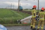 Samochód wjechał pod pociąg na niestrzeżonym przejeździe kolejowym [ZDJĘCIA]