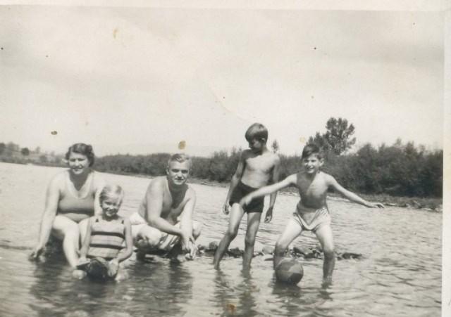 Nad Przemszą w Chełmku  W letnie upały nad Przemszę wybierano się całymi rodzinami