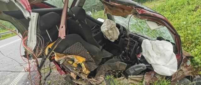 Po zderzeniu dwóch aut w Librantowej, jedno z nich zostało rozerwane na dwie części