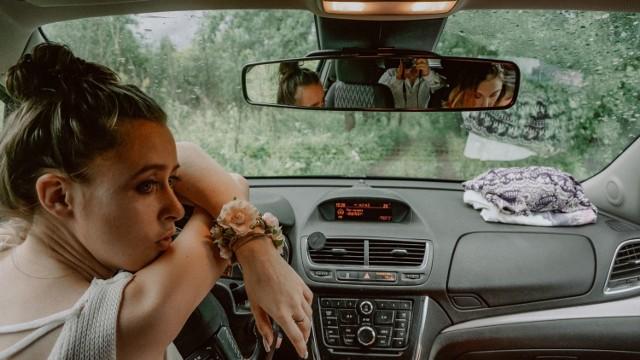 Jak jeździć, by nie uprzykrzać życia innym i samemu mniej się frustrować? Sprawdź, co cechuje kulturalnego kierowcę. Może pora na trochę więcej grzeczności na drodze?