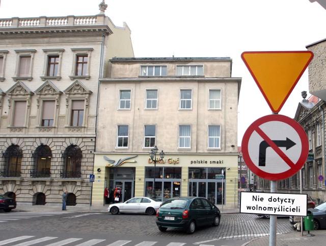 Ktoś na ulicach samowolnie wiesza tabliczki pod znakami ...