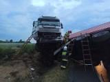 Pleszew. Samochód ciężarowy w rowie na krajowej jedenastce. Uwaga na utrudnienia