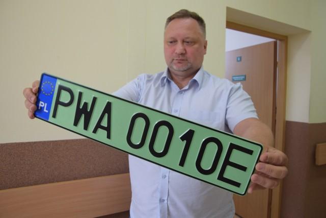 """Aktualnie samochody elektryczne rejestrowane w Wągrowcu otrzymują zielone tablice z literką """"E"""" na końcu"""