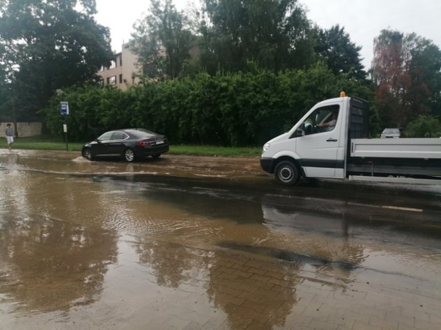 Awaria wodociągowa na ulicy Paradnej w Łodzi spowodowała duże utrudnienia nie tylko dla okolicznych mieszkańców. Wylewająca się woda zalała drogę tak, że kierowcy mniejszych samochodów przejeżdżali chodnikiem. O godzinie 8.30 rozlewisko w okolicy Paradnej 36 było na tyle duże, że woda zalewała parking pobliskiej Biedronki.   CZYTAJ WIECEJ ZOBACZ ZDJĘCIA >>>>    ...