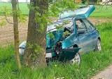 Gmina Damasławek. Wypadek! Samochód osobowy zjechał z drogi i uderzył w drzewo