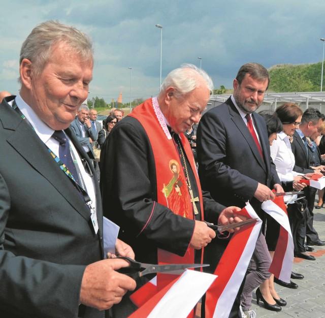 Zakład otworzyli m.in. od lewej: prezes ZUOS Marian Cegielski, ks. inf. Stanisław Grunt z Pelplina i prezydent Tczewa Mirosław Pobłocki.