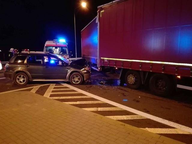 Wczoraj wieczorem na wiadukcie nad trasą S 3 koło Skwierzyny osobowe mitsubishi zderzyło się z ciężarówką marki scania.