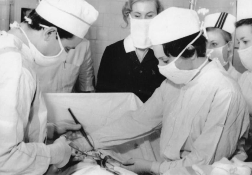 Sala operacyjna - operuje Jan Cebula, asystuje Elżbieta...