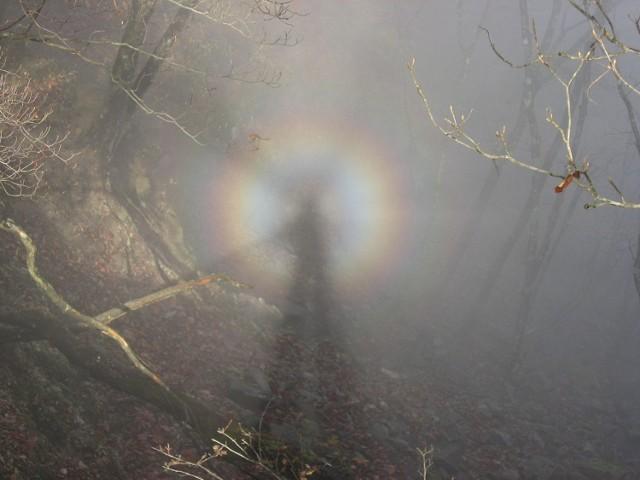 """Widmo Brockenu -  zjawisko optyczne spotykane m.in. w górach, polegające na zaobserwowaniu własnego cienia na chmurze znajdującej się poniżej obserwatora. Zdarza się, że cień obserwatora otoczony jest tęczową obwódką zwaną glorią.  Zjawisko obserwowane jest najczęściej w wyższych górach w warunkach, gdy obserwator znajduje się na linii pomiędzy słońcem a mgłą, która położona poniżej obserwatora rozprasza i odgrywa rolę ekranu.  Wśród taterników istnieje przesąd mówiący, że człowiek, który zobaczył widmo Brockenu, umrze w górach. Wymyślił go w 1925 i spopularyzował Jan Alfred Szczepański. Ujrzenie zjawiska po raz trzeci """"odczynia urok"""", co więcej – szczęśliwiec może się czuć w górach bezpieczny po wsze czasy."""