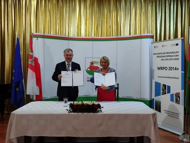 """Umowa na dofinansowanie została podpisana. Gruntowny remont i przebudowa Ośrodka Kultury """"Strzelnica"""" w Wieleniu jest naturalną kontynuacją działań rewitalizacyjnych na terenie miasta"""