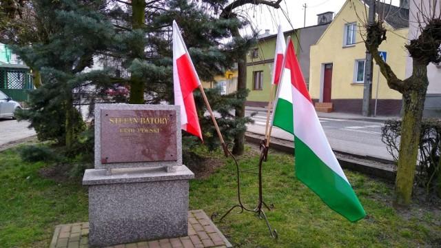 Od roku 2016 w Górznie obok obelisku poświęconego wizycie króla Stefana Batorego w Górznie w 1580 r. wystawiane są flagi Polski i Węgier.