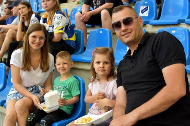 """Żużlowcy eWinner Apatora Toruń przegrali na Motoarenie 34:56 z Betardem Spartą Wrocław. To najwyższa porażka naszej drużyny w historii jej startów na tym stadionie.  Goście byli w piątkowy wieczór zdecydowanie lepsi nie dali torunianom najmniejszych szans. Rzadko zdarza się mecz, w którym miejscowa drużyna na własnym stadionie wygrywa indywidualnie zaledwie dwa wyścigi. Jedyne """"trójki"""" zapisali na swoim koncie Paweł Przedpełski i Robert Lambert. Zespołowo eWinner Apator nie wygrał żadnego wyścigu.  Czytaj również: Najpiękniejsze żużlowe podprowadzające. Mamy dużo zdjęć! Fricke, Czugunow i nie tylko. Oni byli w Toruniu, ale nie dostali szansy  W zespole gości brylowali liderzy, którzy nawet po nielicznych przegranych startach najczęściej od razu przechodzili na pierwsze miejsca. Komplet punktów, 14+1, zdobył Maciej Janowski.  1. Łaguta (60,00), Przedpełski, Woffinden, Lambert (RZ) 2:4 2. Liszka (60,81), Lewandowski, Curzytek, Żupiński 2:4 (4:8) 3. Janowski (60,03), Miedziński, Bewley, J. Holder 2:4 (6:12) 4. Czugunow (60,43), C. Holder, Lewandowski (RT), Liszka 3:3 (9:15) 5. Łaguta (60,12), Lambert (RT), Miedziński, Czugunow 3:3 (12:18) 6. Woffinden (60,03), Bewley, J. Holder, Lewandowski 1:5 (13:23) 7. Janowski (60,19, Przedpełski, C. Holder, Curzytek 3:3 (16:26) 8. Łaguta (60,57), J. Holder, Czugunow, Żupiński 2:4 (18:30) 9. Woffinden (60,01), Przedpełski, C. Holder, Bewley 3:3 (21:33) 10. Janowski (60,19), Miedziński, Lambert (RZ), Liszka 3:3 (24:36) 11. Przedpełski (60,18), Woffinden, Czugunow, Miedziński 3:3 (27:39) 12. Bewley (60,31), Lambert, Lewandowski, Curzytek 3:3 (30:42) 13. Łaguta (59,84), Janowski, J. Holder, C. Holder 1:5 (31:47) 14. Lambert (60,50 - RZ), Woffinden, Bewley, C. Holder 3:3 (34:50) 15. Janowski (60,09), Przedpełski, Łaguta, Miedziński 2:4 (36:54)  eWinner Apator: 9. Paweł Przedpełski 11 (2,2,2,3,2) 10. Chris Holder 4+1 (2,1*,1*,0,0) 11. Kamil Marciniec NS (-,-,-,-,-) 12. Adrian Miedziński 5+1 (2,1*,2,0,0) 13. Jack Holder 4 (0,1,2,1) 14. K"""